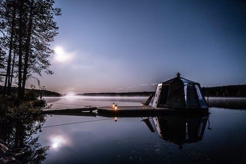 Airopari Oy Koko perheen viikonloppuloma mökkirannassa AuroraHut- igluveneessä Konnevesi